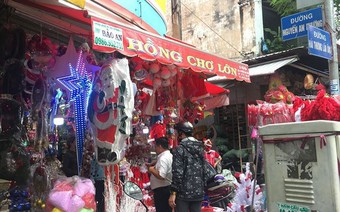 Người dân Sài Gòn đổ xô mua sắm đồ trang trí Noel
