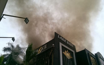 Đang cháy lớn quán karaoke ở Hà Nội