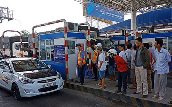 Cắm biển 'cấm dừng xe quá 5 phút' để tránh tắc trạm thu phí dịp Tết
