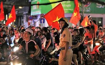 """TPHCM: Cảnh sát căng mình trước """"bão người"""" ăn mừng chiến thắng"""