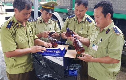 Tạm giữ hơn 600 chai rượu ngoại nhập lậu giấu trong xe phế liệu