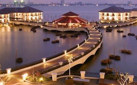 Tọa lạc tại vị trí đắc địa trên Hồ Tây, khách sạn Intercontinental Hanoi gây bất ngờ khi lỗ triền miên dẫn đến âm vốn gần 900 tỷ