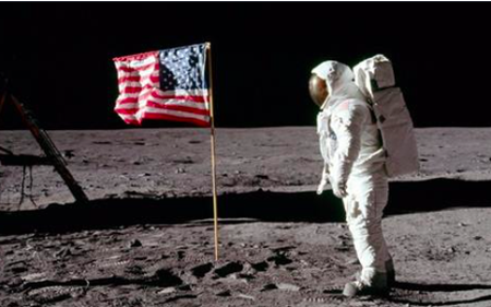 Bán đấu giá các kỷ vật của con tàu đầu tiên hạ cánh xuống mặt trăng, thu hàng triệu USD