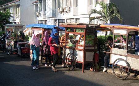 Những người bán hàng rong có thể thành cứu tinh cho nền kinh tế Indonesia bằng cách này