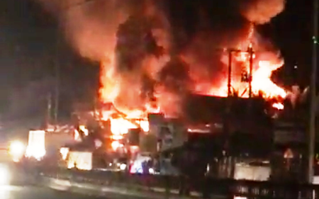"""Cháy lớn ở Tiền Giang, """"xóa sổ"""" vựa bán phân bón, thuốc trừ sâu"""