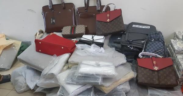 Bắt giữ hàng trăm túi xách, ví da