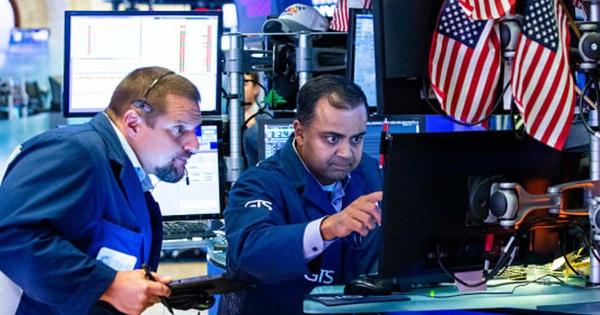 """Nhà đầu tư """"hướng ánh nhìn"""" đến hạn chót thuế quan sắp đến gần, Dow Jones rớt hơn 100 điểm sau 3 phiên khởi sắc liên tiếp"""