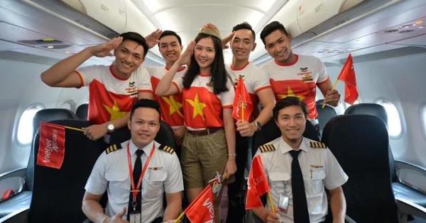 Vietjet trao tặng 1 năm bay miễn phí khắp các nước trong khu vực cho ban huấn luyện và người thân, gia đình của hai đội bóng nam, nữ vô địch Sea Games 30