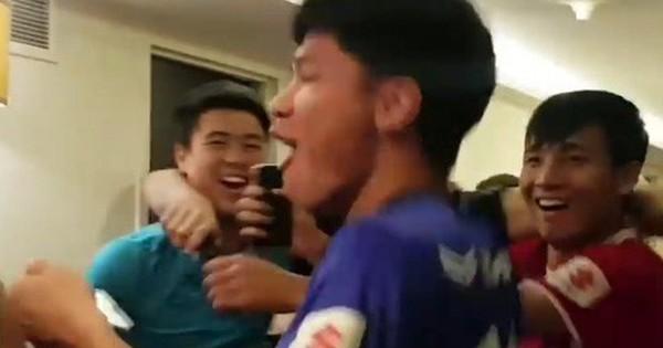 Lách qua khe cửa hẹp, cầu thủ Việt Nam ăn mừng cuồng nhiệt ngay tại hành lang khách sạn