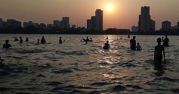 Người dân Hà Nội rủ nhau ra Hồ Tây tắm hạ nhiệt ngày cuối tuần nắng như nung