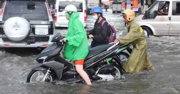 Sau cơn mưa trắng trời, CSGT Bạc Liêu giúp dân di chuyển trong ''biển'' nước