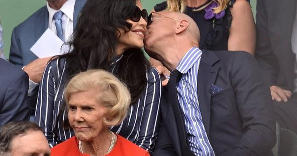 """HOT: Tỷ phú Amazon xuất hiện công khai, trao nụ hôn đắm đuối bên người tình nhưng nhan sắc của """"kẻ thứ 3"""" khiến ai cũng giật mình phát sợ"""