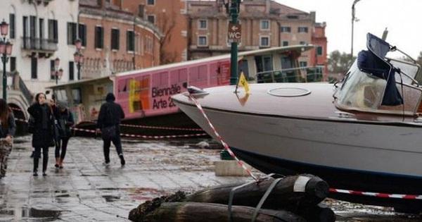 Ảnh: Venice ngập nặng kỷ lục 50 năm, tàu thuyền ''leo lên'' vỉa hè