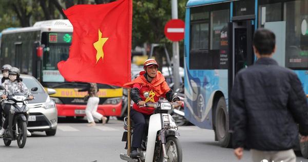 Cổ động viên Việt Nam ''nhuộm đỏ'' phố phường Thủ đô trước giờ bóng lăn