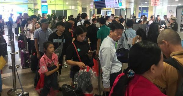Vạn người vật vờ ở sân bay Tân Sơn Nhất ngày 28 tết