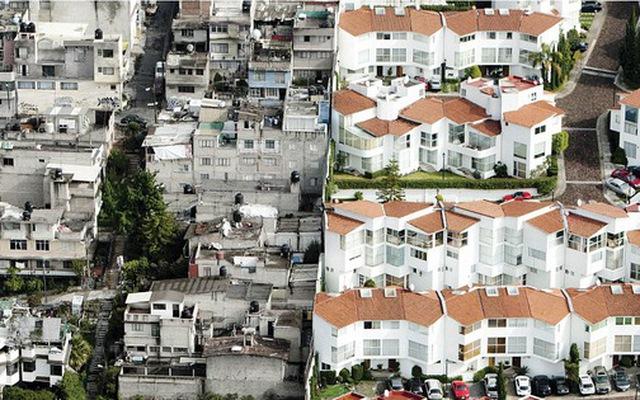 Chùm ảnh: Ranh giới giàu nghèo chỉ cách nhau một hàng rào