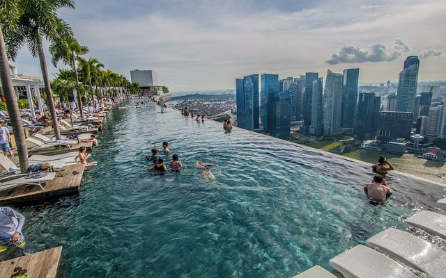 Choáng ngợp với khung cảnh từ hồ bơi trên không dài nhất thế giới ở Singapore