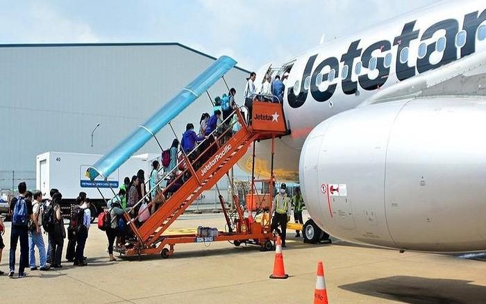 Máy bay đi Cam Ranh phải hạ cánh ở Tân Sơn Nhất do mưa bão -