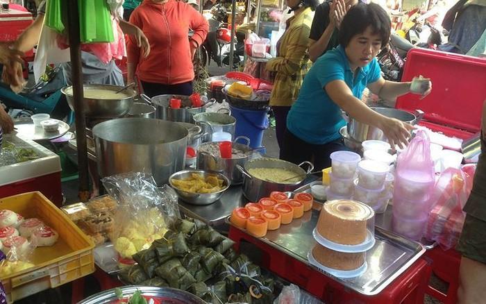 Người dân Sài Gòn xếp hàng mua chè, heo quay cúng Thần tài