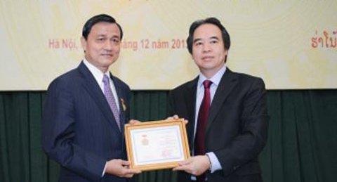 Ông Somphao Phaysith (trái) nhận bằng khen về tinh hữu nghị