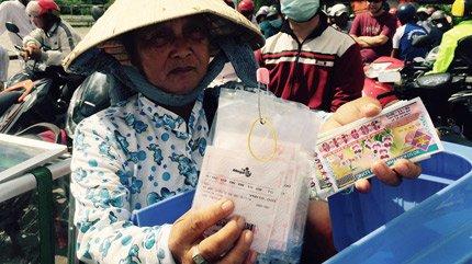 Người bán dạo hiện cùng lúc bán vé số truyền thống in sẵn và vé số điện toán in sẵn