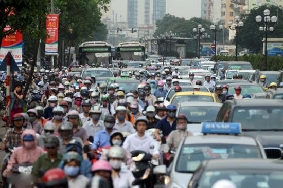 Hàng nghìn người chen lấn trên tuyến đường Lê Văn Lương giờ tan tầm (Ảnh tư liệu Báo Tin Tức).