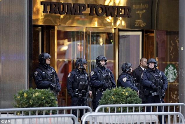 An ninh được tăng cường bên ngoài tháp Trump. Ảnh: AP