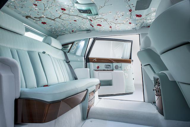 Toàn bộ ghế sau, trần xe và các bộ phận cửa ra vào được bọc vải lụa thêu tay cao cấp với các họa tiết trang trí tinh tế. Trong khi các nhà sản xuất ô tô theo đuổi cuộc đua về công nghệ, Rolls-Royce tạo dựng thương hiệu của họ bằng sự khác biệt.