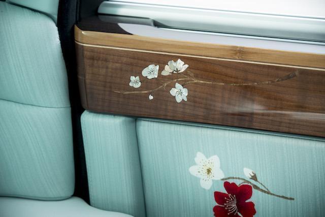 Nội thất của chiếc xe được phủ một lớp vải lụa màu xanh pastel có nguồn gốc từ Tô Châu – một trong những kinh đô lụa thêu tay của Trung Quốc. Cherica Haye tiến hành vẽ các họa tiết bằng tay tại Roll-Royce Motor Cars, GoodWood, phía nam nước Anh.