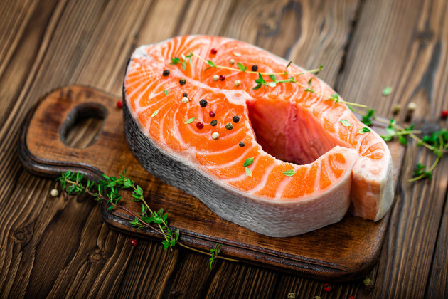 Axit béo Omega -3 trong cá hồi có thể làm giảm viêm não, giảm lo lắng, bồn chồn.