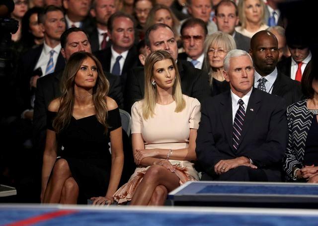 Melania và Ivanka Trump, vợ và con gái tỷ phú Donald Trump, ngồi cạnh ứng viên phó tổng thống của đảng Cộng hòa Pence theo dõi buổi tranh luận quan trọng.