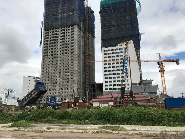 Ở Đà Nẵng, ngoài việc ra đường thường gặp kẹt xe, người dân hiện rất sợ khi phải đi ngang qua những công trình cao tầng khi hàng loạt cần cẩu vươn dài trên đầu người.