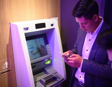 Nạp tiền bằng máy ATM thông minh, tiền đến tài khoản ngay lập tức.
