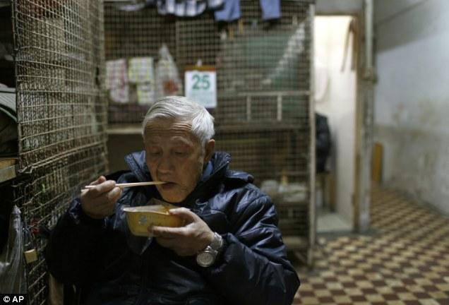 Người lớn tuổi phải sống trong những chuồng cọp chật hẹp vì không còn chỗ dựa. Ảnh: AP