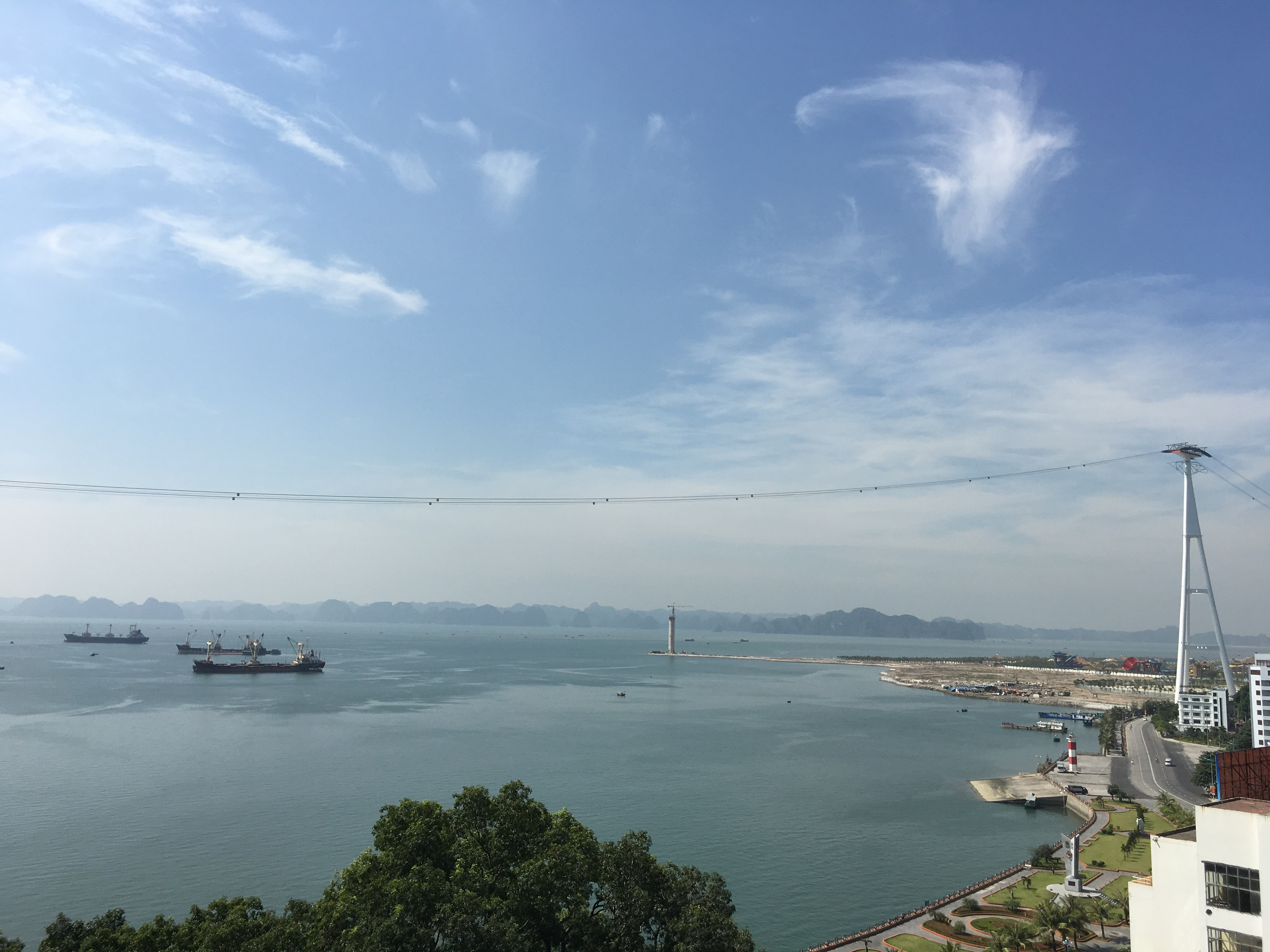 Cáp treo vượt biển dài 2km sẽ đưa du khách đến với Tổ hợp vui chơi Ba Đèo – quần thể các điểm du ngoạn như Vườn Nhật, khu trò chơi trong nhà Lâu Đài Huyền Bí, đặc biệt là Sun Wheel. Từ bờ biển, du khách có thể phóng tầm mắt ra xa, chiêm ngưỡng ngọn Hải Đăng cao 55,5m mô phỏng ngọn Hải đăng Kê Gà lâu đời nhất Việt Nam.