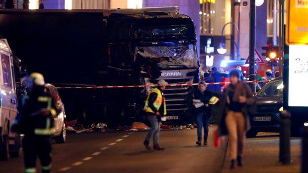 Chiếc xe tải nằm bất động tại hiện trường vụ việc. Ảnh: Reuters
