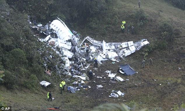 Xác chiếc máy bay nát vụn tại hiện trường vụ tai nạn làm 71 người, bao gồm phần lớn các thành viên đội tuyển bóng đá Chapecoense của Brazil, tử nạn. Ảnh: AP