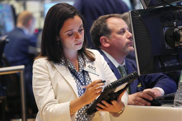 Theo PayScale, nữ giới chiếm tới 55% trong ngành chứng khoán. Ảnh: Internet.