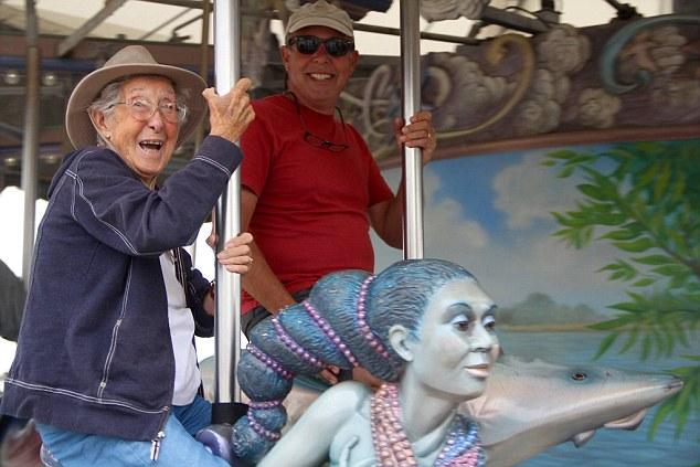 Bà Norma vui vẻ chơi trò vòng quay ngựa gỗ ở Detroit Riverfront.