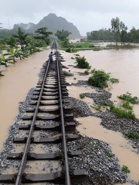 Đường sắt Bắc - Nam bị cô lập do mưa ngập tại Quảng Bình (Ảnh: Thiện Lương)