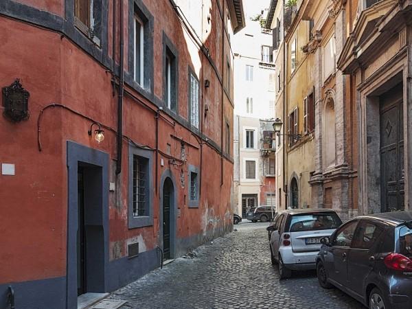 Mặt tiền của ngôi nhà (ngôi nhà đầu tiên nằm ở bên trái).