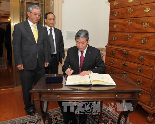 Đồng chí Đinh Thế Huynh viết sổ lưu niệm tại Bộ Ngoại giao Hoa Kỳ ngày 25/10, tại thủ đô Washington DC. Ảnh: Thanh Tuấn (P/v TTXVN tại Hoa Kỳ)
