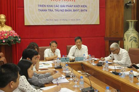 Ông Mai Đức Chính, Phó Chủ tịch Tổng Liên đoàn Lao động Việt Nam, tỏ ra bức xúc khi nhiều liên đoàn lao động chưa gửi hồ sơ khởi kiện nhưng đã kêu khó. Ảnh: VIẾT LONG