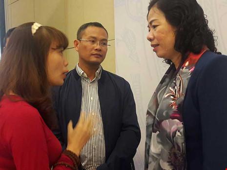 Thứ trưởng Bộ Tài chính Vũ Thị Mai (phải) trao đổi với các DN bên lề đối thoại. Ảnh: CHÂN LUẬN