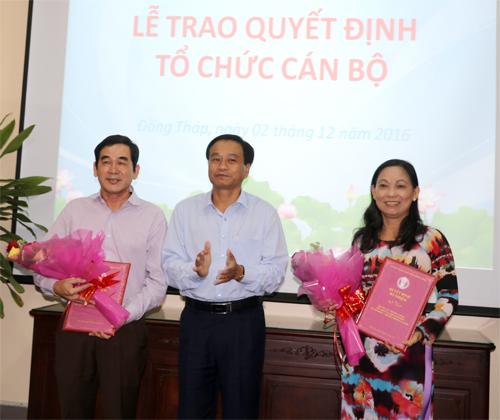 Chủ tịch Ủy ban nhân dân tỉnh Đồng Tháp Nguyễn Văn Dương đã trao quyết định bổ nhiệm Giám đốc Sở Công Thương và Phó Giám đốc Sở Lao động – Thương binh và Xã hội. Ảnh Đongthap.gov.vn