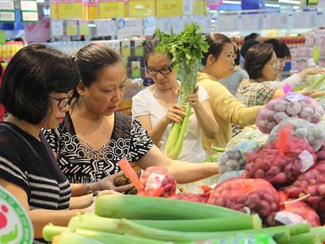 Người dân chọn mua thực phẩm sạch tại hệ thống siêu thị Co.op mart Lý Thường Kiệt, quận.10, TP.HCM. Ảnh: HOÀNG GIANG