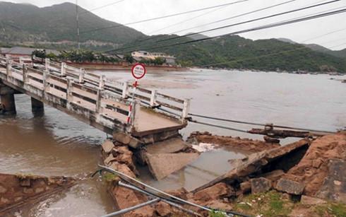 Cầu Vĩnh Hy bị sập khiến giao thông ách tắc. (Ảnh: N.T/Tuổi trẻ)
