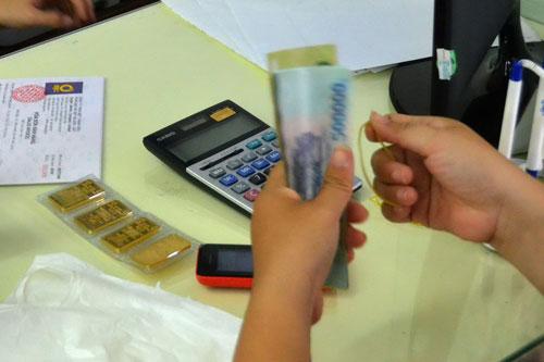 Doanh nghiệp kinh doanh vàng thừa nhận họ buộc phải nâng chênh lệch giá vàng miếng lên cao để giảm thiểu rủi ro Ảnh: TẤN THẠNH