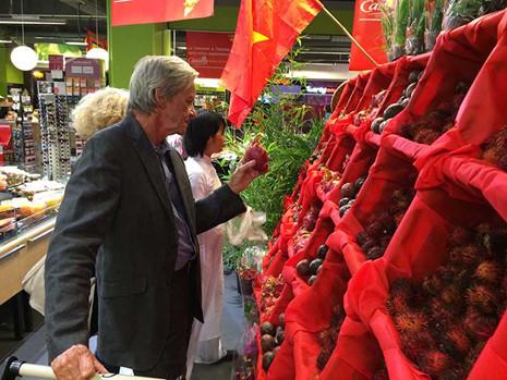 Hàng Việt như thanh long, xoài, chôm chôm… trong một hội chợ tổ chức tại Pháp. Ảnh: TU