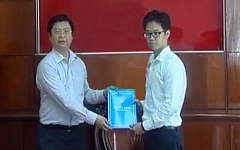Ông Vũ Minh Hoàng (phải) nhận quyết định điều về làm Phó Giám đốc Trung tâm xúc tiến đầu tư thương mại và hội chợ triển lãm Cần Thơ - Ảnh: Đài PT-TH Cần Thơ.